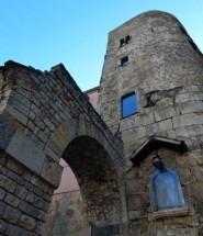 Torre da muralha romana e reprodução do aqueduto romano.