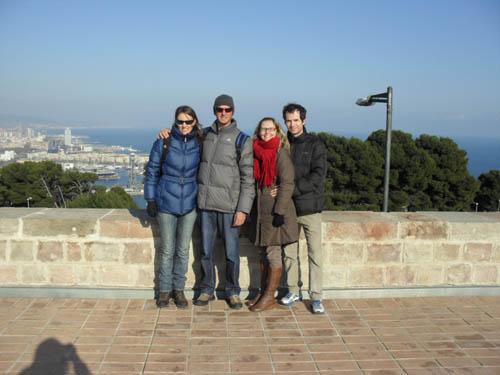 Eu, meu marido e primos no inverno de Barcelona.