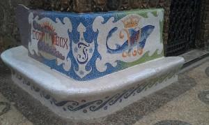 Banco de mosaico na lateral da casa.