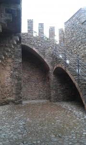 Escadas medievais. Aqui Gaudí construiu em cima da construçao medieval.