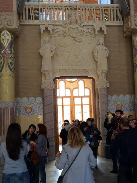 Salão de atos com São Jorge no fundo.