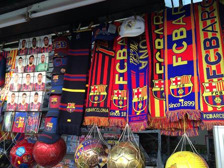 Souvenir do Barça pelas Ramblas.
