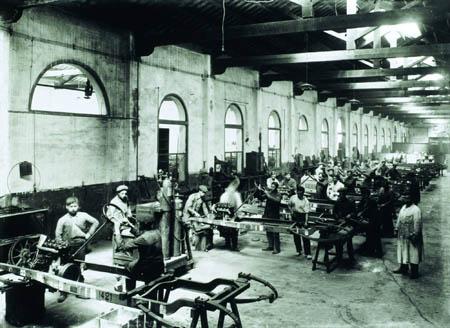 Foto: Interior da fábrica Hispano-Suiza. © Frederic Ballell / Arxiu Fotogràfic de Catalunya (c. 1905-1915)
