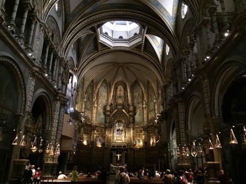 Por dentro da igreja de Montserrat.