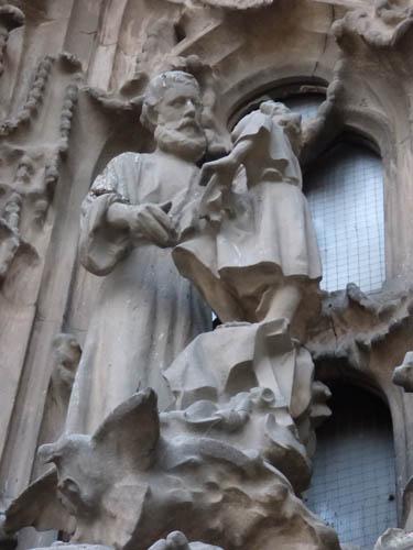 Estátua de Gaudí no lado do nascimento