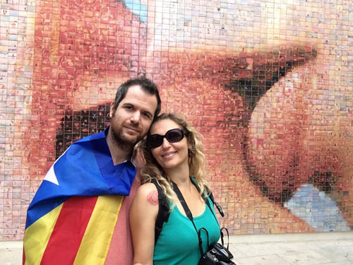 Eu e meu marido no painel do beijo.