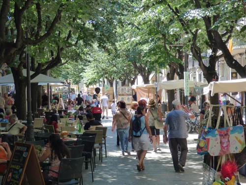 Rambla - cheia de restaurantes e lojas.