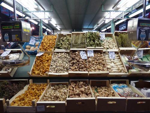 Esta banca é o maior distribuidor e vendedor de cogumelos de Barcelona.