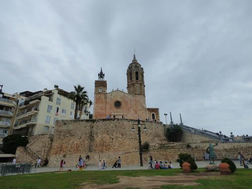 Igreja Sant Bartolomeu e Santa Tecla e a antiga muralha.