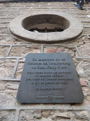 Placa informando sobre o bombardeio da Plaza Sant Felip Neri.