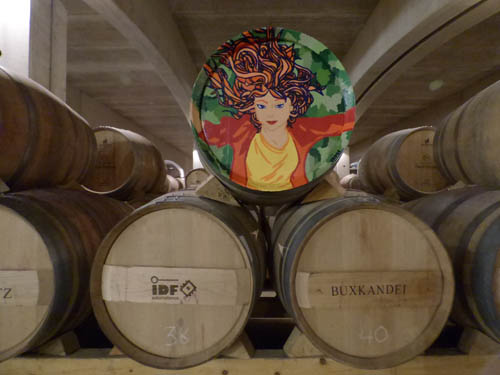Tonéis do club do vinho com o nome dos proprietários.