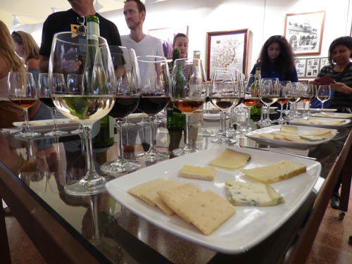 Deliciosa degustação de queijos e vinhos.