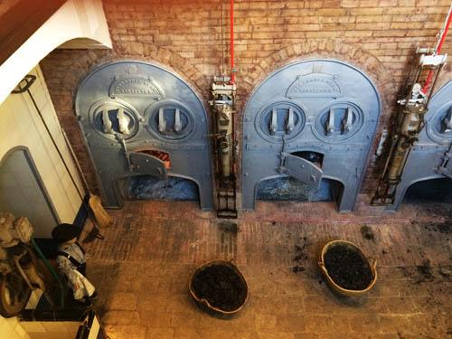 Sala das máquinas. As máquinas eram abastecidas com carvão.