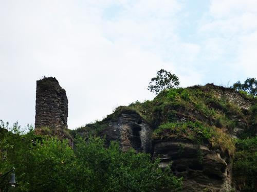 Na foto vemos o que sobrou do antigo castelo.