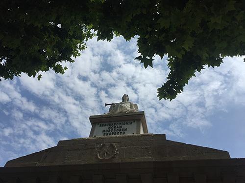 Escultura entrada cemitério Poblenou.