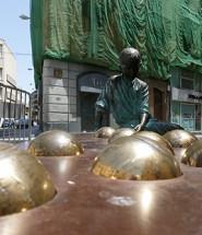 Estátua em homenagem ao Gaudí criança.