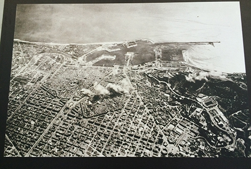 Foto de Barcelona sendo bombardeada.