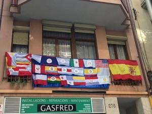 janela com bandeiras das antigas colônias espanholas da América do Sul.