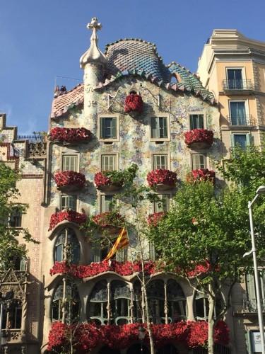 Casa Batlló enfeitada de rosas para o dia de São Jorge.